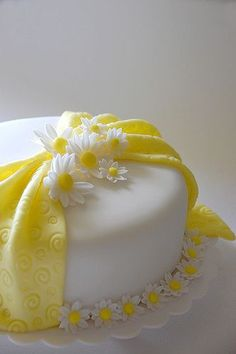 sugar daisies with embossed fondant ribbon