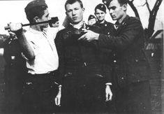 Ustaše poziraju prije pogubljenja, Bosna, 1943.