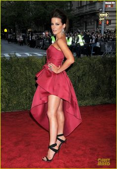 Kate Beckinsale is smashing red at the 2013 Met Gala held at the Metropolitan Museum of Art on Monday (May 6) in New York City.    Last week, the 39-year-old English…
