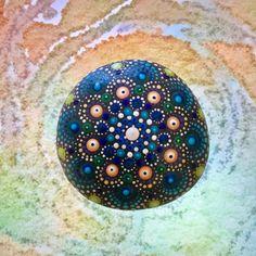 Deze met liefde en zorg gemaakte Mandala steen is geschilderd met Acrylverven en beschermd met matte vernis plus UV Protectant om verkleuring te voorkomen. Het geheel is waterdicht, breedte 6x6 cm en dikte ca.1.8 cm.