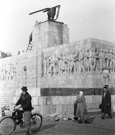 Ötvenhatosok tere (Sztálin tér), a Sztálin szobor maradványa. Budapest Guide, Hungary, Mount Rushmore, Mountains, History, Nature, Travel, Vintage, Old Pictures