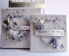 Ślubny komplecik w różyczkach, które nie tylko zdobią ten piękny papier,   ale też go dodatkowo dekorują różyczkami przestrzennymi.   Cały...