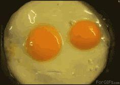 [ANIMATED GIF] #talking #eggs http://i1091.photobucket.com/albums/i399/damian_derek/Mumbling_egg_face.gif via http://www.taringa.net/posts/humor/13031255/Imagenes-para-el-facebook.html