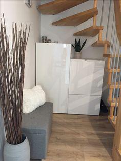 Garderobe und Sitzecke unter offener Treppe
