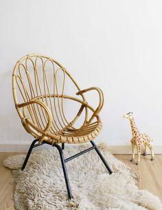 Toffe rotan kinder fauteuil. Vintage stoel met heerlijk retro design. Rohe Noordwolde?