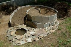 Nevím přesně, jaký materiál autor na stavbu využil, vypadá to na staré kachlíky. Ale i z nich se dá vytvořit pěkná bylinková spirála.    (Zdroj obrázku: http://www.prirodnizahrady.com/navrhy-realizace.html)