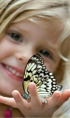 A wonderful pic of a beautiful butterfly resting on a little girls hand. Precious Children, Beautiful Children, Little People, Little Girls, Sweet Girls, Cute Kids, Cute Babies, Butterfly Kisses, Madame Butterfly