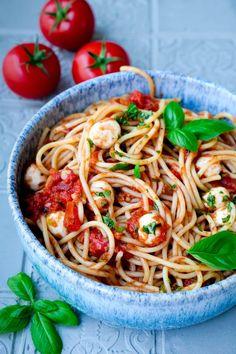 Tomaten-Mozzarella-Sauce einfach selber machen. Die einfache, vegetarische Sauce aus der Pfanne bringt den Sommer auf den Teller. Tomate Mozzarella, Spaghetti, Pasta, Ethnic Recipes, Food, Fast Recipes, Kid Cooking, Healthy Food, Essen