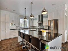 Cette cuisine blanche est si élégante, il a beaucoup de rangement. L'îlot central est magnifique avec son comtoire en granite noir. White Kitchen Cabinets, Kitchen Tiles, Kitchen Dining, Granite Noir, Dream Home Design, House Design, Interior Decorating, Interior Design, Cuisines Design