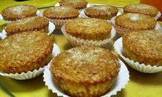 Bolinhos Rápidos de Laranja 2 ovos 90 gr de açúcar Raspa e sumo de 1 laranja 100 gr de farinha 70gr de manteiga derretida e arrefecida 1 colher de chá de fermento em pó Açúcar para polvilhar Numa tigela bater os ovos com o açúcar, juntar a manteiga, a raspa e o sumo de laranja, …