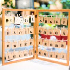 エスコートカードは、100円均一のフレーム2枚を蝶番で繋げて、自立式にしました♩  席札がロゼットだったので、メッセージを書く場所がなく、エスコートカードの内側にメッセージを書きました♡ .. #natsuwedding