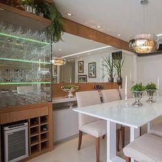 Sala de jantar l Destaque para a cristaleira, adega e buffet em uma marcenaria…