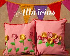 Almohadones de lino con apliques de flores de tela, pintado a mano y pompones.