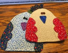 Turn your old jeans into some seriously charming pot holders with this kitchen sewing project. These DIY pot holders show you a fun way to recycle denim! Scrap Fabric Projects, Sewing Projects For Kids, Fabric Scraps, Sewing Crafts, Upcycled Crafts, Potholder Patterns, Quilt Patterns Free, Embroidery Patterns, Chicken Quilt
