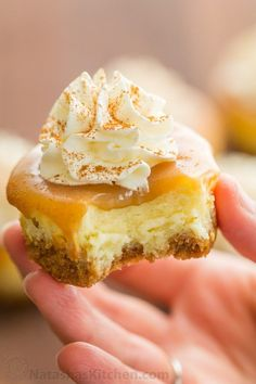 Mini Cheesecakes with caramel sauce are the easiest dessert but look so fancy fo.Mini Cheesecakes with caramel sauce are the easiest dessert but look so fancy for Thanksgiving or Christmas! There's a special ingredient in this mini cheesecakes re Mini Desserts, Desserts Nutella, Easy Desserts, Delicious Desserts, Dessert Recipes, Yummy Food, Easter Recipes, Christmas Desserts, Salad Recipes