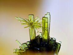 Olivenite. Grube Clara, Wolfach, Schwarzwald, Deutschland Taille=2.2 mm Copyright loparit