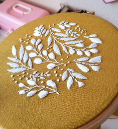 Hand Embroidery Patterns Flowers, Hand Embroidery Projects, Hand Embroidery Stitches, Embroidery For Beginners, Embroidery Hoop Art, Hand Embroidery Designs, Embroidery Techniques, White Embroidery, Diy Embroidery Patterns