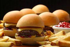 No próximo dia 28 será comemorado o Dia do Hambúrguer e o Outback Steakhouse oferece opções do sanduíche para comemorar a data, como o The Outbacker Burger, The Mad Max e Ridgy Didgy Mini Burgers. Saiba mais no site Arroz de Fyesta.