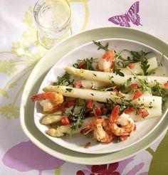 Knusprig gebratene Garnelen und frischer, weißer Spargel sind ein Dreamteam. Rucola und Tomaten komplettieren den Traumsalat.