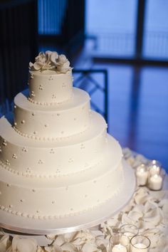 style me pretty - real wedding - usa - new york - nyc wedding - the lighthouse at chelsea pier - wedding cake