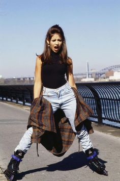Sarah Michelle Gellar on roller blades... 90s in a nutshell