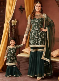 Party Wear Indian Dresses, Pakistani Dresses Casual, Designer Party Wear Dresses, Indian Fashion Dresses, Pakistani Dress Design, Indian Designer Outfits, Indian Bridal Outfits, Stylish Dresses For Girls, Frocks For Girls
