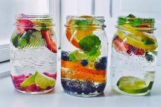 1.Citron et Citron vert/ vitamine C,antioxydant,nettoient le corps,aident la digestion. 2.Le gingembre/traite les crampes,les nausées,circulation sanguine,anti-enflammatoire et antivirus. 3.Concombre/Frais,expulse les toxines des organes de la digestion. 4.Canelle/Remède virus, améliore la mauvaise digestion,régule sucre dans le sang,aide la combustion des graisses. 5.Feuilles de menthe/douleurs d'estomac, aide digestion des aliments. 6.clou de girofle/organes digestion,combat les parasites