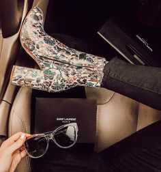 Women shoes Style Casual - - Women shoes Everyday - - Women shoes For Fall Fashionista Trends - Crazy Shoes, Me Too Shoes, Tennisschuhe Outfit, Outfit Work, Mode Shoes, Tennis Shoes Outfit, Paris Mode, Look Boho, Mode Vintage