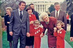 George W. Bush with his wife Laura, twin daughters Barbara and Jenna and his mother Barbara Bush. Greatest Presidents, American Presidents, Us Presidents, American Soldiers, Barbara Pierce Bush, Barbara Bush, George Bush Family, Jenna Bush Hager, Native American History