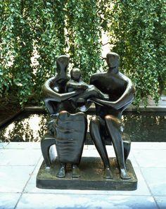 Escultor británico Henry Moore nació hoy en 1898. Pasa algún tiempo con su trabajo este verano en nuestro Jardín de Esculturas.   [Henry Moore. Grupo Familiar . 1948-1949 (CAST 1950).]
