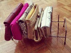 クローゼットの中の収納でも、難易度が高いのがバッグやカバンです。素材や形がさまざまでまとまりにくいし、自立しないものが多くて、つみあがってしまったりします。スッキリと上手に収納している人はどんなものを使っているのでしょうか。そんな収納しにくいバッグやかばんをきちんと収納し、見た目も美しく、使いやすくするアイデアをたくさん集めてみました。
