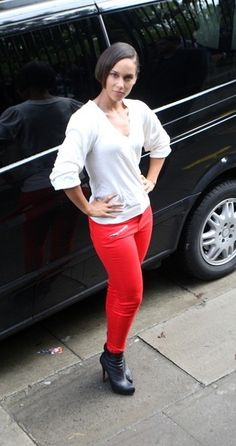 #AliciaKeys : White long sleeve v-neck with red skinny jeans. Colored skinny jeans make a great impact without too much effort! Shop #DMLooks at DivaMall.tv