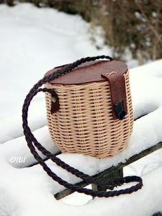 Плетение из газет Plant Basket, Bamboo Basket, Basket Bag, Summer Bags, Weaving Art, Bamboo Crafts, Storage Baskets, Paper Basket, Basket Weaving