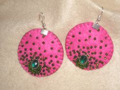 Aro fieltro rosa chicle , bordado con mostacillas cristal verde , lleva al centro piedrita verde engarzada en metal como punto de luz