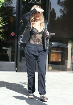 Khloe Kardashian Photos Photos - Khloe Kardashian Heads to a Studio in Los Angeles - Zimbio