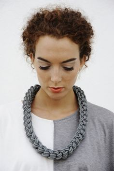 very interesting braiding technique. Good to investigate. I think you can come up with great designs out of complex braiding Fabric Necklace, Knot Necklace, Crochet Necklace, Jewelry Knots, Jewelry Crafts, Beaded Jewelry, Handmade Jewelry, Jewellery, Textile Jewelry