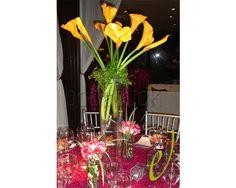 Centro de mesa con detalles rosa y amarillo