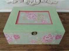 Caja forrada con papel o tela y pintada a mano. ésta es para comunión