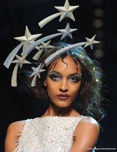 Para o Carnaval, makes com cristais e glitter estão liberadas a qualquer hora do dia