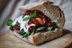 Herbstliches Barbecue-Sandwich mit Seitan, Pilzen, Feldsalat und Sour Cream | Veganitäten Seitan, Sour Cream, Meatloaf, Sandwiches, Beverages, Snacks, Food, Savory Foods, Mushrooms