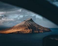 Faerský ostrovy mě uchvátily. A to i přes sníh kterej tam na jaře ve velkym padal. No a jelikož těch ostrovů nemám dost ale sněhu už fakt jo () tak další destinace bude zase ostrov. Malej hezkej s fajn počasím a žádnýma extra vedrama. A dokonce má i svou sopku.  . . . . . #faroeislands #visitfaroeislands #islands #sonyalpha #sonyalphaclub #sonyimages #awesomeglobe #roamtheplanet #exploreourearth #folkgrid #ourplanetdaily #wildernessculture #travelstoke #agameoftones #wildculturecz…
