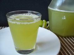 Suco refrescante de limão, gengibre e capim cidreira