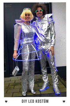 Ich liebe es, Karnevalskostüme zu basteln. Dieses Jahr haben wir mit LED Stripes ein super cooles Paarkostüm gezaubert. #StarlightExpress #Space  Mit ein paar LED Stripes wird jedes Karnevalskostüm ganz schnell mega aufgepeppt! Das gilt für Frauen als auch für Männer Kostüme. Wie das geht? Kinderleicht, wir erklären es gerne. #Karneval #Fasching #DIY #LED #Damen #Paar #Männer #Kostüm #Idee #Gruppe #Starlightexpress #Space #Silber #Astronaut #Halloween #basteln #kinder #selber #machen Best Couples Costumes, Led Stripes, Carnival Costumes, Homemade, Decoration, Modern, Fashion, Silver Ankle Boots, Led Costume