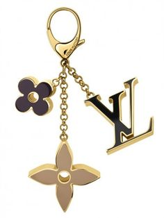 Discover Louis Vuitton Fleur de Monogram Bag Charm: Elegant enamel is one of the hallmarks of the Fleur de Monogram Bag Charm. Its timeless celebration of the classic Monogram design is another, making it an easy match for any iconic bag of the House. Louis Vuitton Keychain, Louis Vuitton Wallet, Vuitton Bag, Louis Vuitton Handbags, Louis Vuitton Earrings, Accesorios Louis Vuitton, Handbag Accessories, Fashion Accessories, Louis Vuitton Accessories