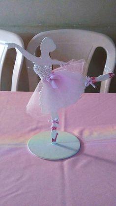 Bailarina de MDF de 25 cm, pintada de branco decorada com meias pérolas, strass rosa, lacinhos e tule. Ballerina Birthday Parties, Ballerina Party, Sitting Girl, Dress Illustration, Happy Birthday Cake Topper, Basic Embroidery Stitches, Quinceanera Party, Chocolate Decorations, Birthday Design