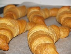 It feels good to make on your own, the all-time favorite Croissants . Enjoy the unique flavor and taste of Croissants with this quick and simple recipe! Empanadas, Bread Recipes, Cooking Recipes, I Chef, Croissants, Sin Gluten, Bread Baking, Easy Meals, Food And Drink