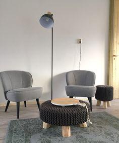 Naast een luxe loungebank ook een heerlijk zitje om te lezen. Stoelen en poef zijn van #Woood via #Karwei.
