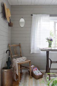 MEUBLES CREATIVE: La fenêtre de la chambre à coucher dans la maison d'hôtes est un tableau que le propriétaire a fait le châssis d'une ancienne table de machine à coudre, avec sa propre dalle de béton sur le dessus. Un vieux seau d'herbe est devenue un stand parapluie pratique. Dans le coin se trouve une vieille chaise et un panier avec des magazines d'intérieur pour se détendre avec.