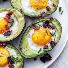 These avocado baked eggs are an easy low carb breakfast that you can meal prep for the whole week! There is nothing better than a creamy avocado and delicious egg topped with fresh herbs and bacon! Egg Spinach Bake, Avocado Egg Bake, Baked Avocado With Egg, Spinach Quiche, Baked Eggs In Shell, Baked Egg Cups, Low Carb Breakfast Easy, Healthy Breakfast Recipes, Brunch Recipes