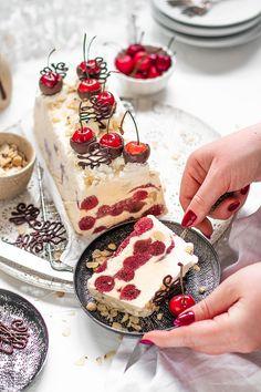 Das perfekte Weihnachtsdessert zum Vorbereiten: Glühwein Kirsch Marzipan  Parfait mit Schokoladenkirschen, Schokotannebäumen, Sahnetupfer und  gehobelten Haselnüssen Waffle Recipes, Christmas Cooking, Merry Little Christmas, Marzipan, Parfait, Camembert Cheese, Waffles, Nom Nom, Ice Cream